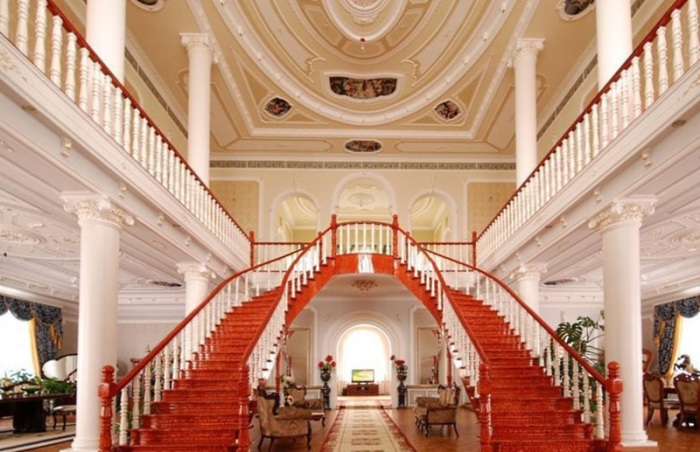 Внутреннее убранство дворцов под стать внешнему виду.