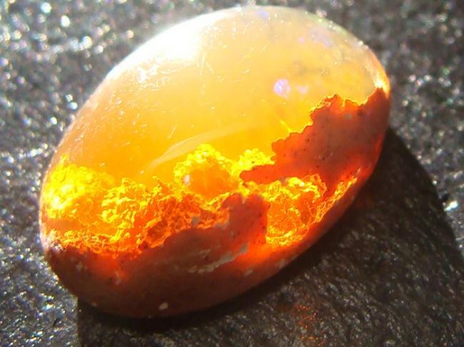 Огненный камень имеет оттенки жёлтого, красного, оранжевого.