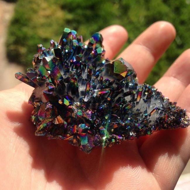 Искусственно-окрашенный титаном кварц, имеющий металлический блеск и переливающийся радужными цветами.