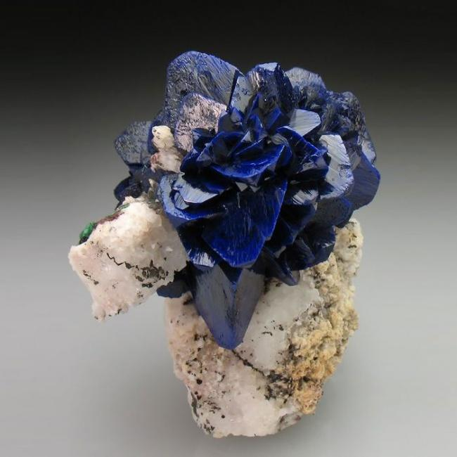 Хрупкий минерал синего цвета со стеклянным блеском.