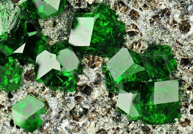 Уваровит из видов изумрудно-зеленого граната, кальциево-хромовый силикат.