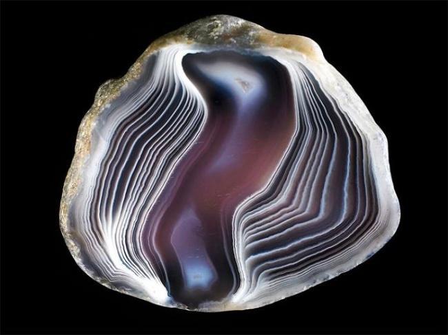 Камень предпочтительно светло серых оттенков с узором различных цветов.