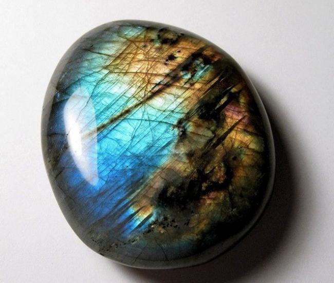 Камень переливается радужным светом при любом освещении за счет микроскопических внутренних неоднородностей.