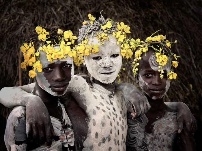 Жители племени Кара украшают своё тело красочным орнаментом, который порой даже заменяет им одежду.