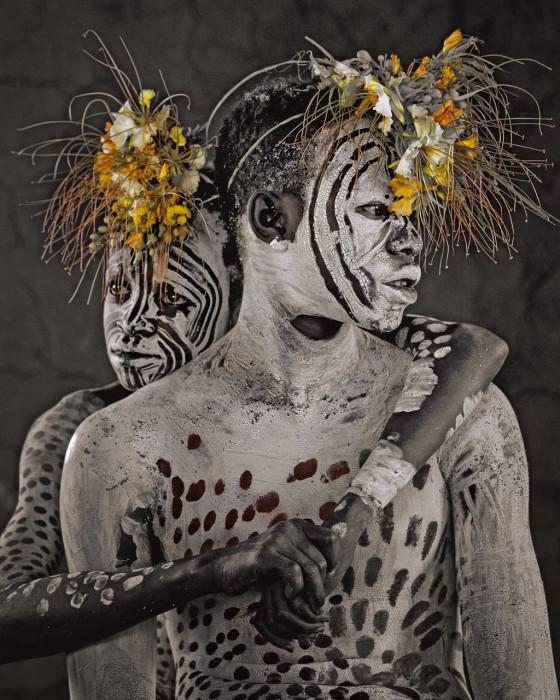 Мужчины разукрашивают лица и тело разноцветной глиной накануне важных церемоний.