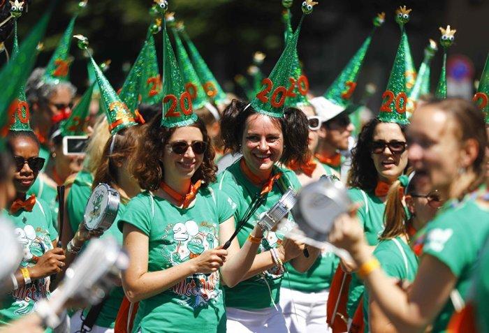 Любой желающий может принять участие в праздничном костюмированном шествии, подав заранее заявку на официальном сайте.