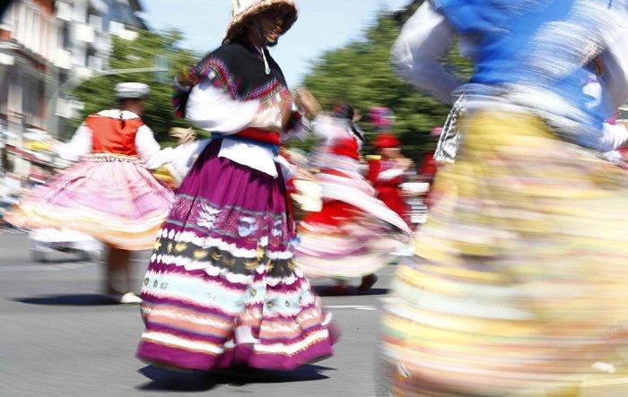 Между группами, принимающими участие в карнавальном шествии, проходит соревнование за самое красочное выступление.