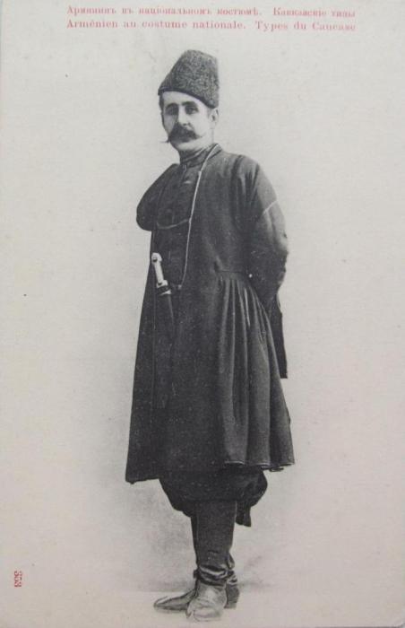 Основной элемент мужского традиционного костюма армян — рубашка с низким воротом и широкие шаровары, поверх рубашки армяне надевали распашную верхнюю одежду с низким стоячим воротником.