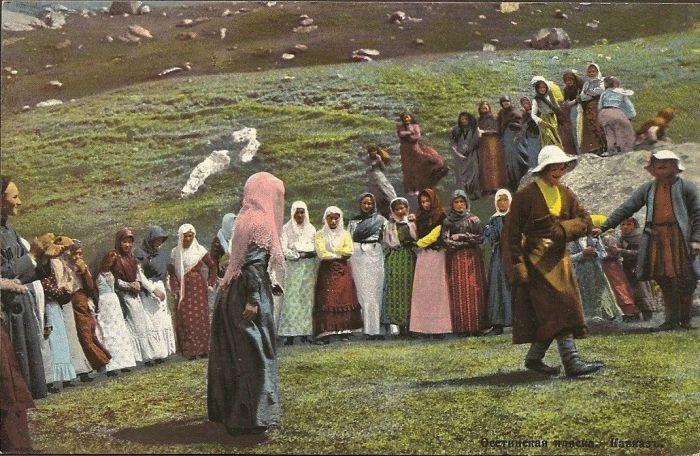 Танец являлся излюбленным видом развлечений молодежи на свадебных, семейных торжествах, на общественных празднествах, а также имел обрядовое значение.