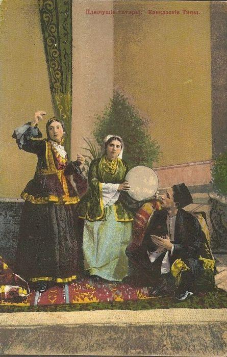 Танцующие татарки в национальных костюмах.