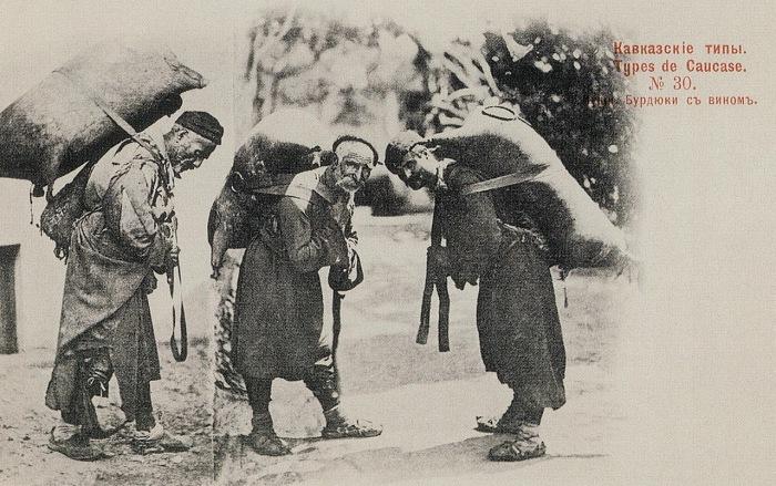 Мешок, сшитый из шкуры животных служил для хранения и перевозки вина и других жидкостей.