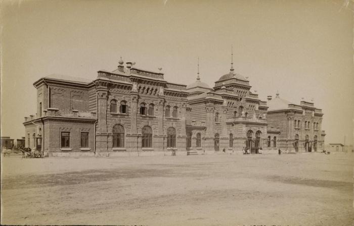Когда прокладывали железную дорогу из Москвы, в Казани, в 1896 году, построили железнодорожный вокзал.