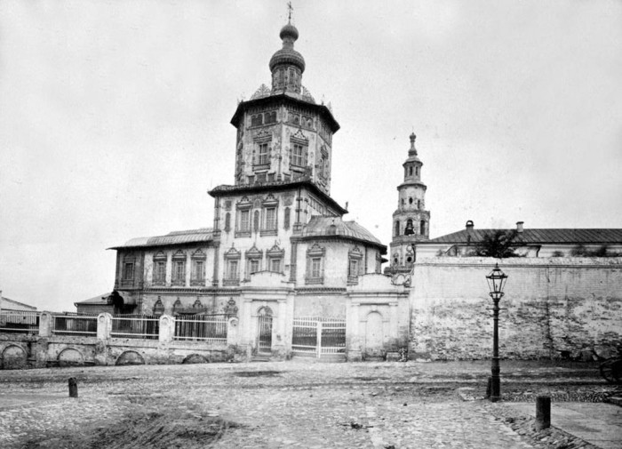 Собор построен купцом Михляевым в память о пребывании в Казани Петра 1.