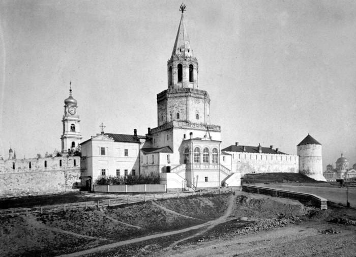 Главная проездная башня кремля и военной церкви казанского гарнизона.