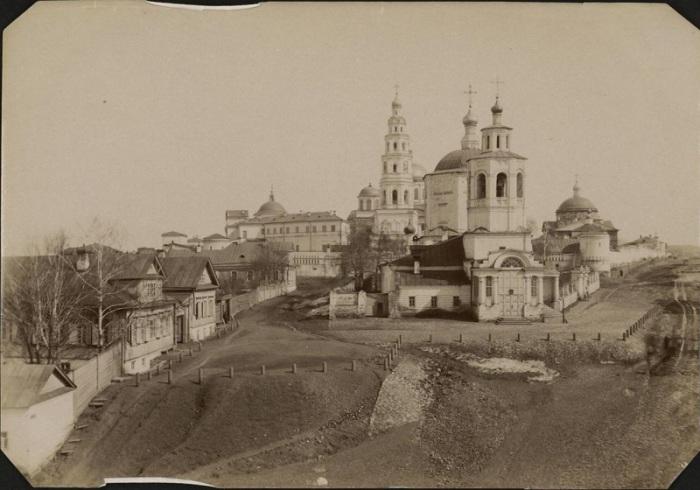 Памятник архитектуры, выполненный в стиле «московское барокко», имеющий очень древнюю историю.