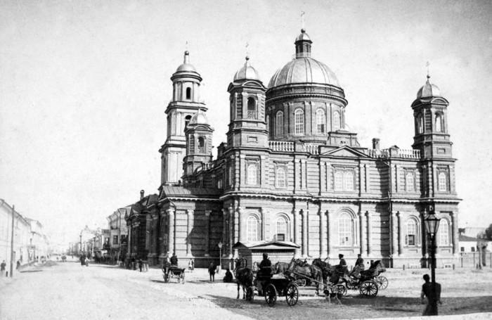 Каменный собор был построен на месте сгоревшей деревянной Воскресенской церкви.