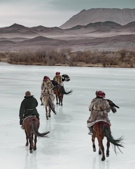 Охотники, используют в качестве помощников дрессированных золотых орлов.