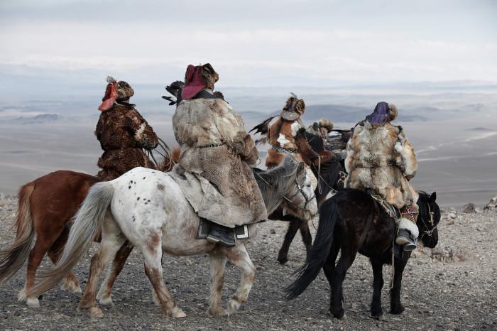 Казахи бродят со своими стадами по горам и долинам западной Монголии.