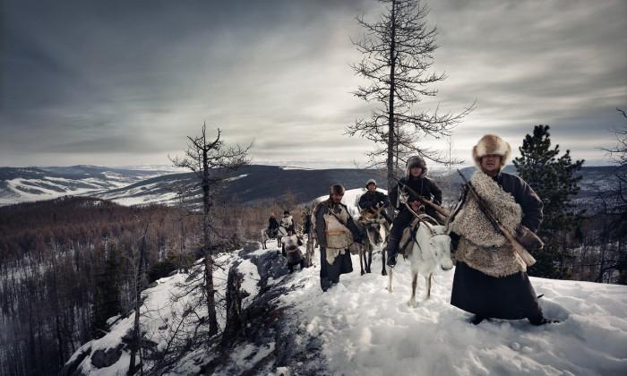 Орлиные охотники носят сапоги, черные бурки и шапки из лисьего меха.