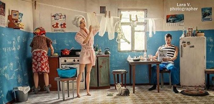 Фотограф из Екатеринбурга создала фотопроект на тему «Коммунальная квартира», в котором показала кукол Барби в необычной для них обстановке.