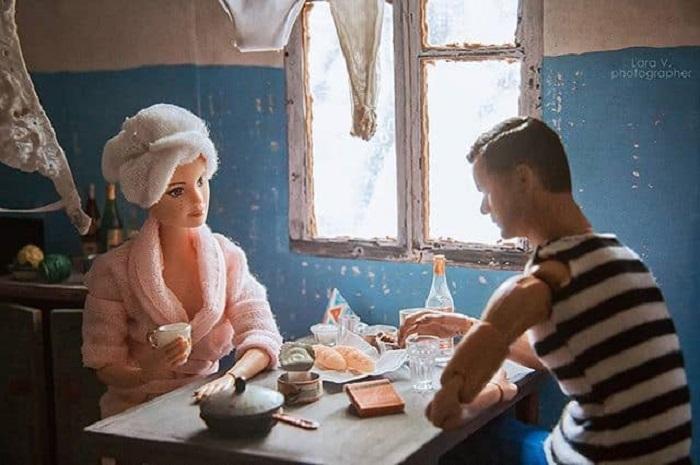 Героями этой работы стали – девушка Барби из серии «Йога» и экшн-фигурка Питера Бишопа из сериала «Грань», которая предстала в образе брутального советского мужчины.
