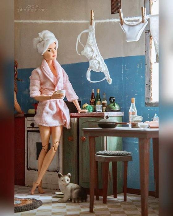 Знаменитые гламурные куклы предстали в объективе фотографа в совершенно необычном амплуа.