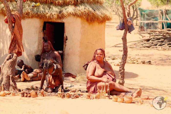 Зарабатывая на жизнь женщины племени продают всякую всячину туристам.