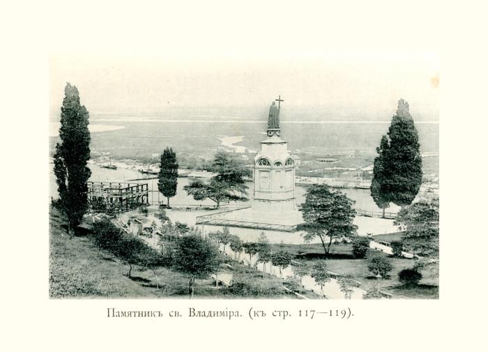 Над крутым берегом Днепра высится фигура святого Владимира.