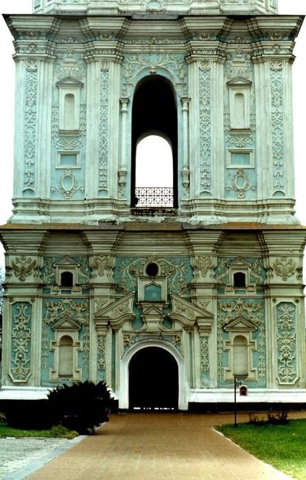Нижние три яруса колокольни являются одним из лучших произведений искусства.
