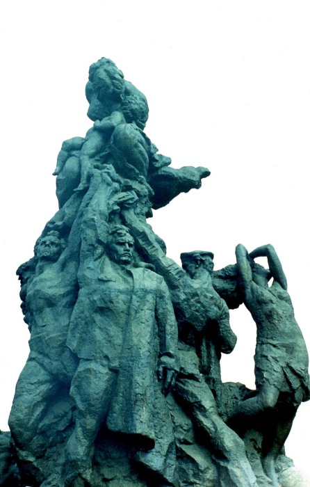 Памятник с надписью «Советским гражданам и военнопленным солдатам и офицерам Советской Армии, расстрелянным немецкими фашистами в Бабьем Яру».