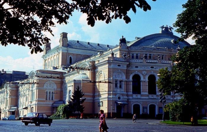 Здание оперного театра построено в стиле Ренессанс.