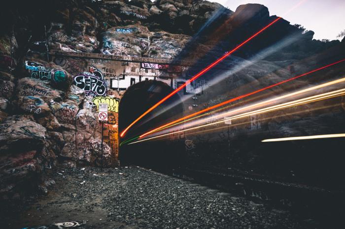 Свет уходящего поезда. Автор фотографии: Райан Миллер (Ryan Millier).