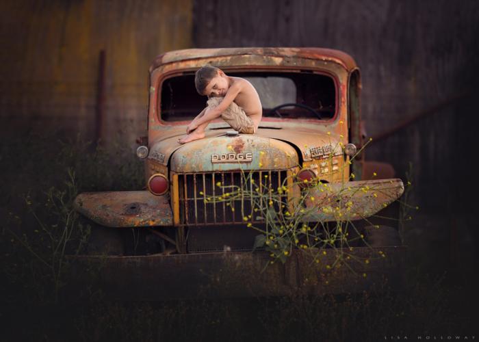 Мальчишка на старом, заброшенном грузовом автомобиле. Автор фотографии: Лиза Холлоуэй (Lisa Holloway).