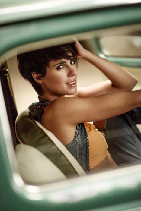 Загадочная девушка в автомобиле. Автор фотографии: Саша Лейендекер (Sacha Leyendecker).