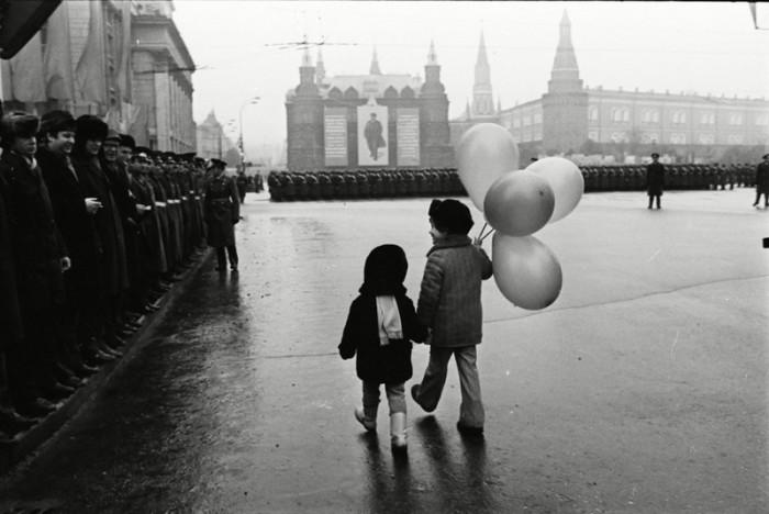 Военный парад на Красной площади, проходивший в честь празднования годовщины Великой Октябрьской социалистической революции.