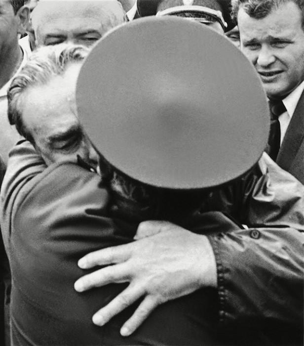 Фотограф запечатлел Генерального секретаря ЦК КПСС Леонида Брежнева во время его встречи с однополчанами в Новороссийске.