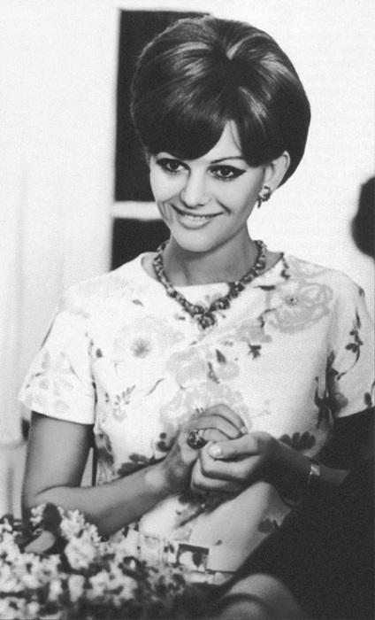 Знаменитая итальянская актриса Клаудия Кардинале встречается со своими многочисленными советскими поклонниками.