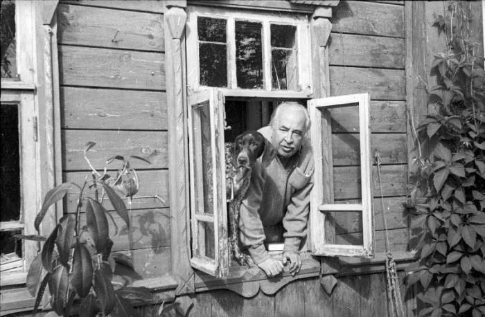 Первый ректор ВГИКа, кинорежиссёр и теоретик кино Лев Владимирович Кулешов вместе со своим псом охотничьей породы.