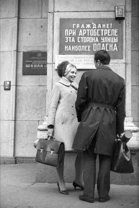 Мило беседующая пара незнакомых ленинградцев, встреченных фотографом Александром Стешановым у здания школы.