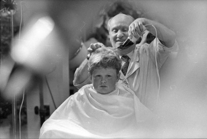 Добродушный и разговорчивый цирюльник за работой в одной из московских парикмахерских.