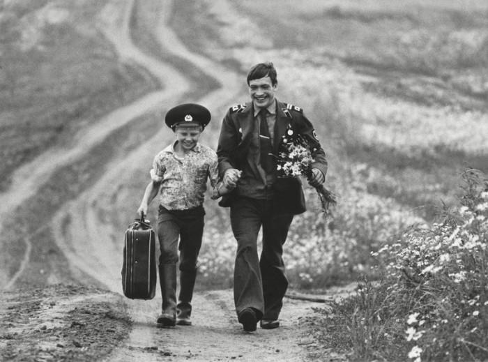 Радостный сын встречает отца-военного, возвращающегося домой на время короткого отпуска.