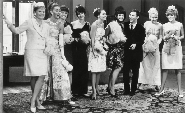 Начинающий, но уже довольно известный, советский модельер Вячеслав Зайцев с манекенщицами, демонстрирующими новую коллекцию одежды.