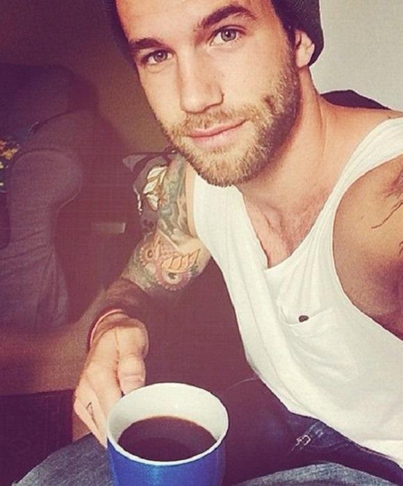 Кофе и не менее горячий парень.