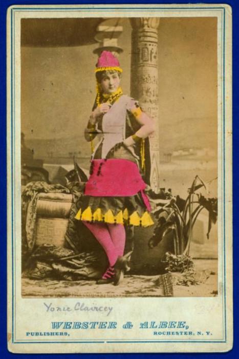 Актриса выступала в кабаре и в театрах.