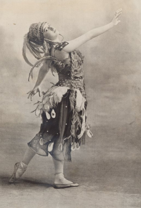 Ирина Баронова танцевала в труппе Ballet Russes, куда ее в возрасте 13 лет принял хореограф Джордж Баланчин.