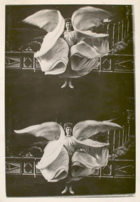Американская танцовщица привязывала к рукам длинные планки, покрытые метрами шелковой ткани, для создания образа бабочки или языков пламени.