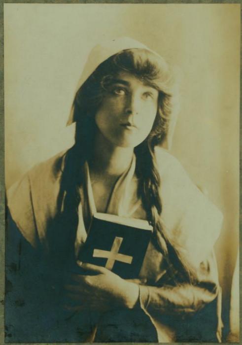 Рут в образе монахини с молитвенником в руках.