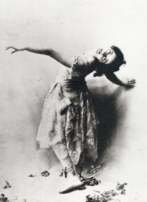 Американская танцовщица импровизировала в танце, используя разные движения, шаги, прыжки, повороты.