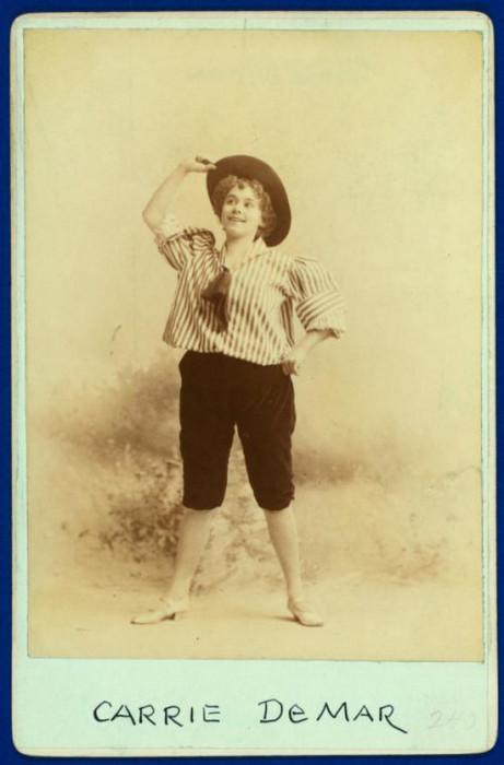 Танцовщица вживаясь в роль может импровизировать на сцене.