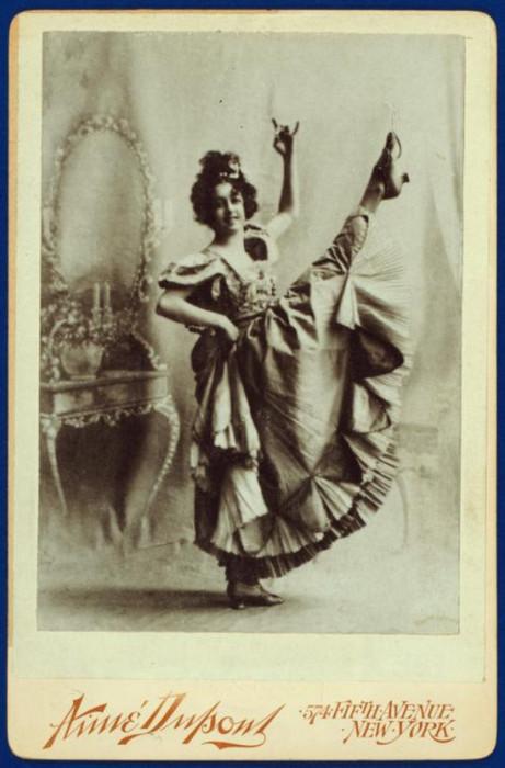 Актриса, выступавшая под псевдонимом Сахарет, большую популярность получила благодаря необычным номерам в программе - задирала ноги выше головы и показывала все свои нижние юбки.